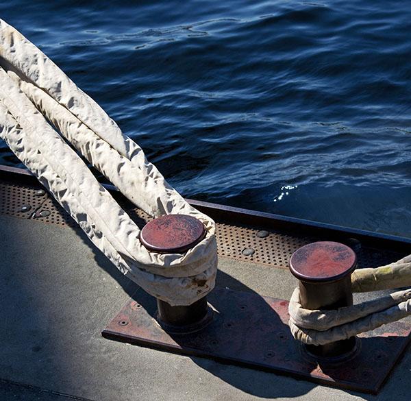 Schiffstaue, Poller, Morgensonne